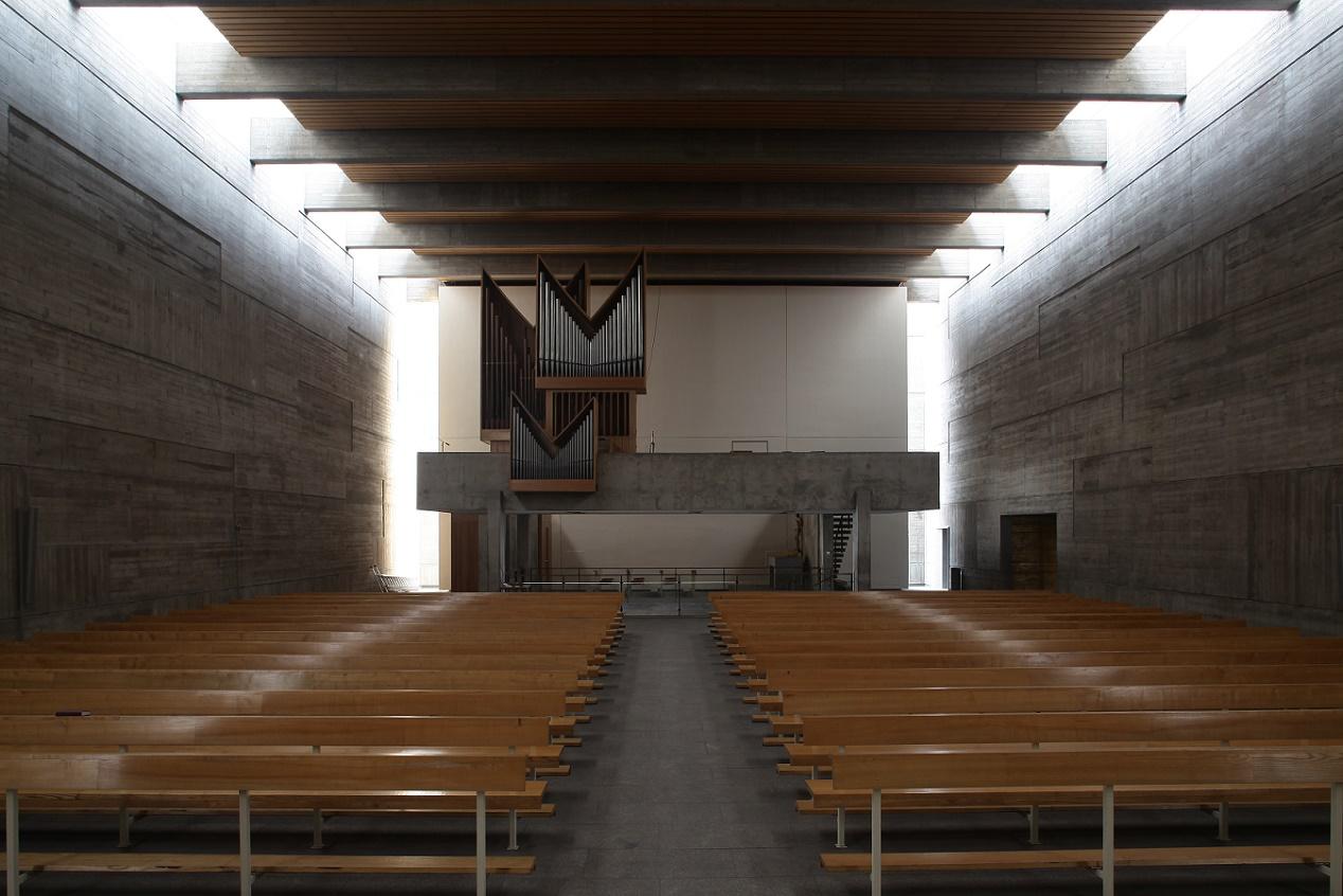Berlin-Plötzensee | Maria Regina Martyrum | Oberkirche zur Orgel | Foto: Alfred Englert
