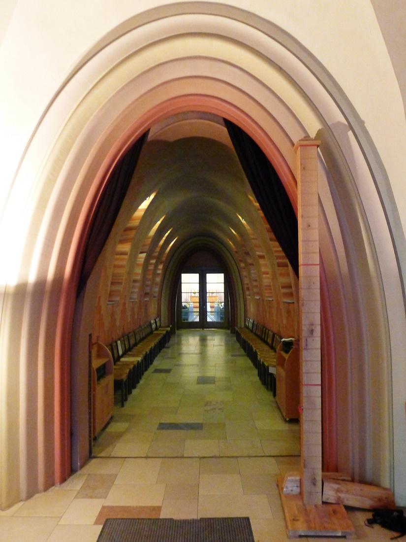 Berlin-Schmargendorf | Kreuzkirche | Verbindungsgang | Foto: Bodo Kubrak, CC BY SA 4.0