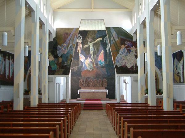 Karlstein am Main-Dettingen | St. Peter und Paul | Foto: Michael Pfeifer (für das Foto wurden, den bauzeitlichen Zustand nachstellend, Volksaltar, Tabernekel und Ambo beräumt)