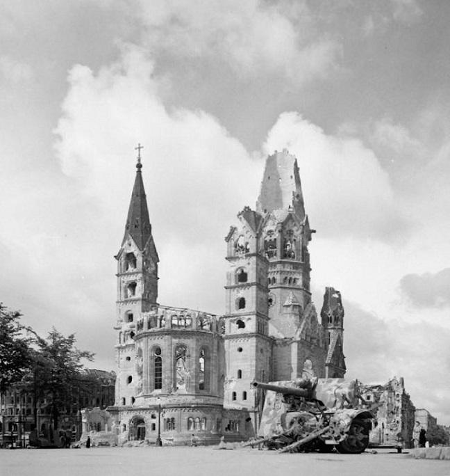 Berlin | Kaiser-Wilhelm-Gedächtnis-Kirche | Ruine im Juli 1945 | Foto: No 5 Army Film & Photographic Unit, Imperial War Museum, UK, gemeinfrei
