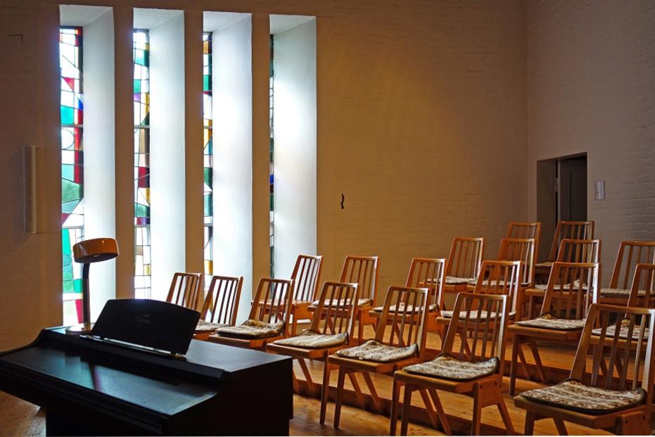 Wolfsburg | Pauluskirche | Stühle des Kirchenchors | Foto: K. Reichardt