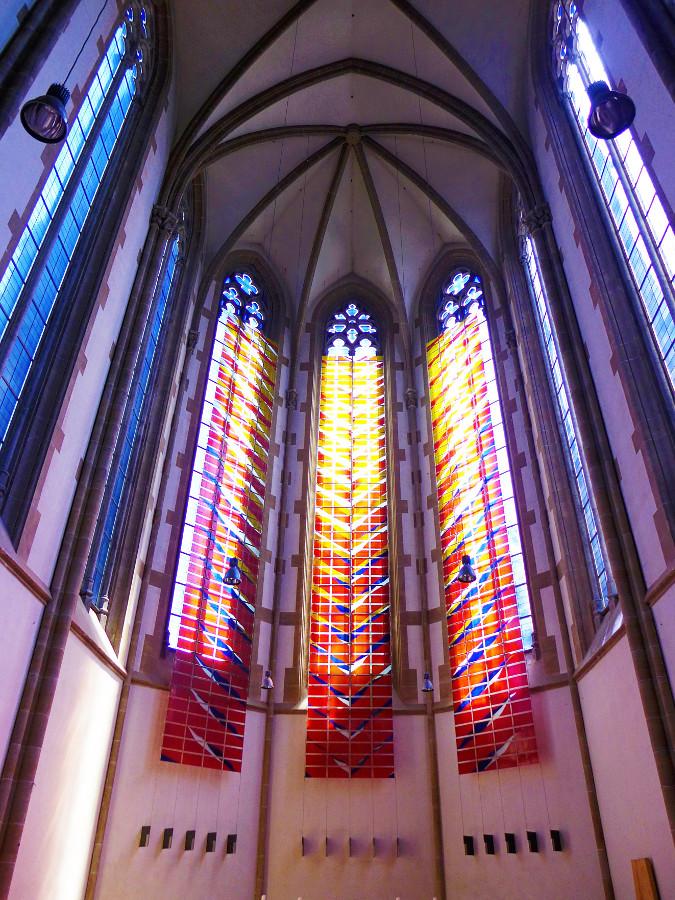München | St. Paul | Altarraum mit Glasgestaltung von Jochem Poensgen | Foto: Oktobersonne, CC BY SA 4.0